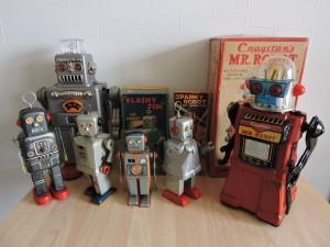 写真⑥ ブリキのロボット達です。 バブルの頃は5倍ぐらいの数ありましたが、今は幼少の頃の大切なモノだけ残しています。 あとは・・・そっ 銭に変えました 僕もバブルはじけたから・・・